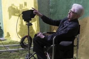 O Αλέν Ρενέ στα γυρίσματα της τελευταίας του ταινίας, «Life of Riley